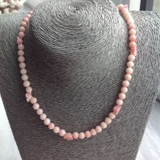 Necklace of faceted, angel skin coral, 24 grams, length 47 cm. White gold 18 kt clasp - no reserve.