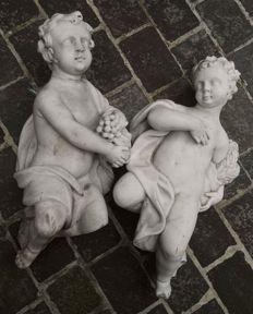 Couple of large finely carved angels in white statuary marble - Italy - 18th century