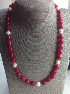 Necklace made from rubies and baroque pearls, necklace length: 49 cm with 18 kt white gold clasp