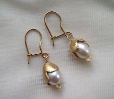 Gold earrings 14 kt with pearl.