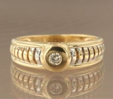 18 kt bi-colour gold ring set with a brilliant cut diamond, approx. 0.07 ct in total, ring size 17.5 (55)