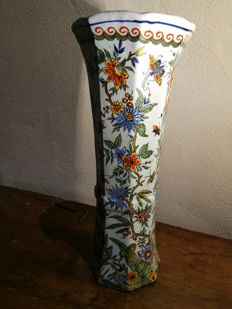 Charles Fourmaintraux Courquin - Cornet vase with flowers and butterflies decoration