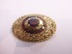 14 kt gold brooch with garnets.
