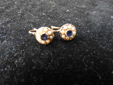 Gold earrings with sapphire and seeded pearls
