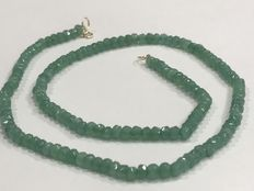 18 kt (750) gold necklace with emeralds. Length: 49.5 cm.