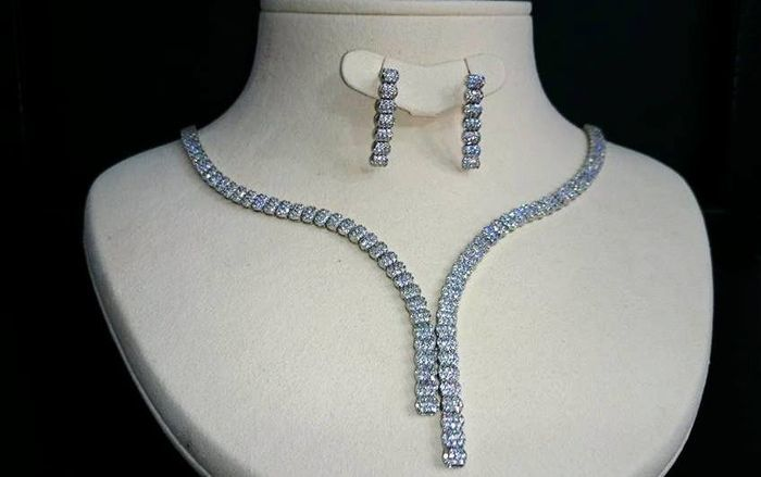 Necklace with drop earrings, white gold, white zircons