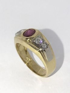 18 kt gold ring set with an oval cut ruby and brilliant cut diamonds, approx. 0.30 ct in total. Size: 18