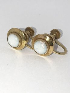 14 kt Vintage earrings made of gold set with cabochon cut milk opal. 5.7 mm.