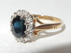 18 kt yellow gold ring with sapphire and diamonds. Size - 15.50 mm