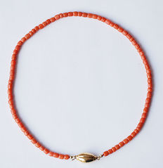 Necklace/cord with approx. 83 red corals with 14 kt gold clasp, necklace length: approx. 39 cm