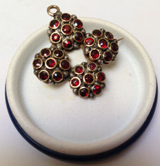Brooch pendant in 18 kt gold, with 28 garnets - Late 19th century, handmade in Italy.