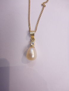 Gold necklace of 14 kt and a pendant with a cubic zirconia and pearl, length: 45 cm