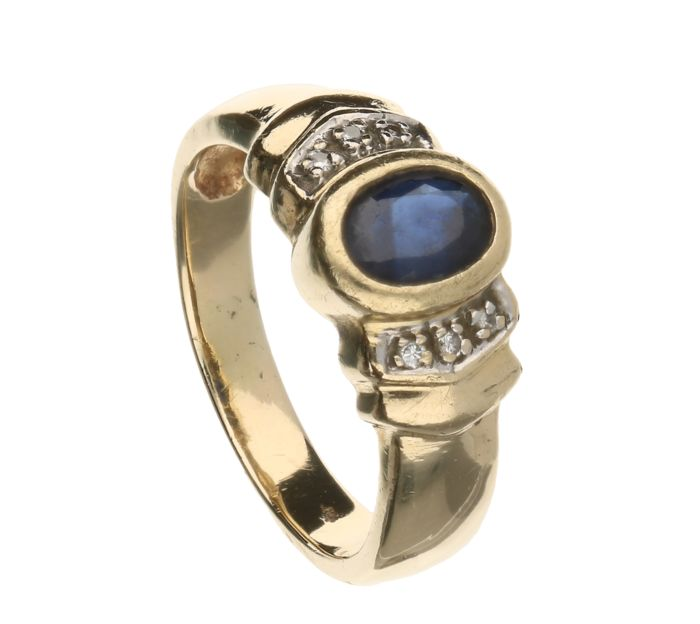 Yellow gold ring of 14 kt set with a sapphire and six brilliant cut diamonds of 0.005 ct each. 0.03 ct in total – Inner size: 17.5 mm