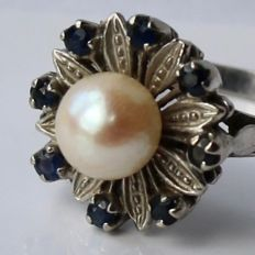 14kt. White gold flower ring with Japanese Akoya see / salty pearl and small blue Sapphires  Ring size: approx 17,75mm (can be adjusted )