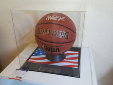 Magic Johnson - hand signed oficial NBA Spalding Basketball in Display Case Vitrine + COA PSA/DNA
