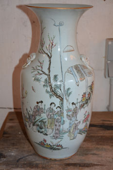 Famille rose vase with a décor of women and children – China – early 20th century (Republic period)