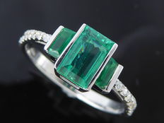 Ring in 18k decorated with a deep  green emerald  ct & 14 diamonds *** No reserveprijs ***