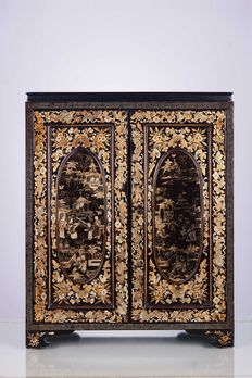 Small Chinese cabinet in black lacquer with golden decorations – China – Early 1900s