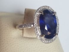 White gold ring with a 7.1 ct natural sapphire and 0.38 ct diamond.