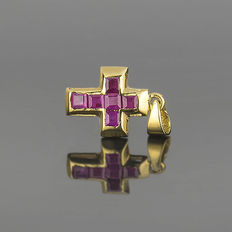 18 kt yellow gold  - Choker with cross pendant - Rubies of 1 ct (approx.) - Cross length: 17.70 mm