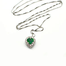 Necklace in 18 kt white gold with heart shaped pendant with emerald and diamonds *** No Reserve Price ***