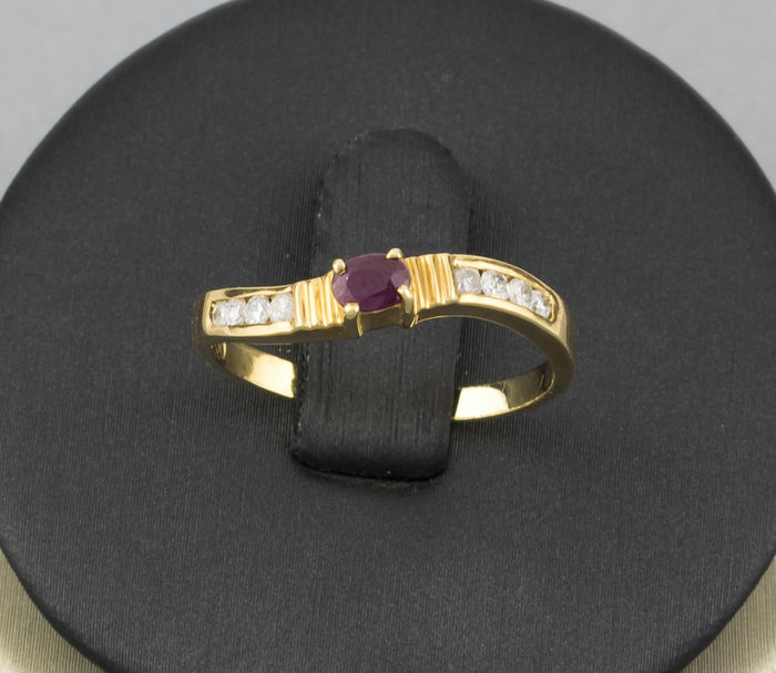 750/1,000 (18 kt) yellow gold – 8 Diamonds totalling 0.30 ct – Ruby of 0.20 ct - Ring size: 15 (SP)