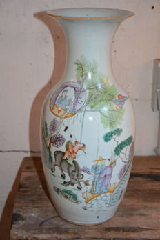 Famille rose vase with a décor of playing children – China – early 20th century (Republic period)
