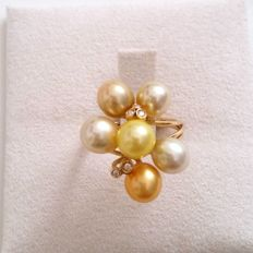 18 kt yellow gold ring with pearls and diamonds totalling 0.05 ct - Size: 14