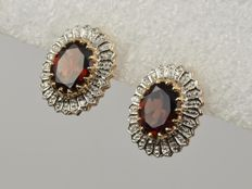 18 kt gold. Earrings: Diamonds, 0.06 ct. Garnets. Weight: 5.71 g.