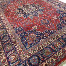 "Signed Meshed – 362 x 256 cm – ""Impressive, oversized Persian carpet – In beautiful condition"""