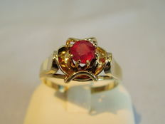 Golden ring with facetted ruby solitair of approx. 1.3 ct