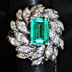 Vintage 18 kt white gold ring – Rectangular cut emerald of 2.00 ct – Brilliant and baguette cut diamonds of 0.75 ct