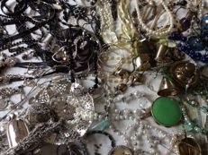 Collection of vintage jewellery and figurines etc. - a lot of 185 pieces.