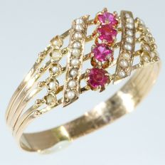 Gold Victorian ring from 1880 with natural seed pearls