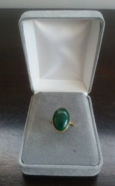 Yellow gold ring with stone in malachite - 18 karat, diameter of ring is 17 mm