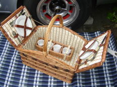 Large reed picnic basket for vintage/classic car - 4 person - including earthenware and stainless steel - Second half 20th century