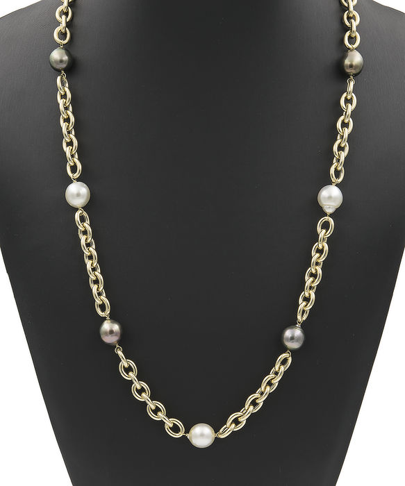 Necklace in yellow gold with South Sea Pearls with an approximate diameter of 11.35 mm and Tahiti pearls with an approximate diameter of 11.90 mm.