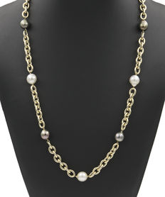 Necklace in yellow gold with South Sea Pearls with an approximate diameter of 12.00 mm and Tahiti pearls with an approximate diameter of 11.90 mm