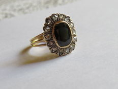 Ring in gold with dark Australian sapphire and diamond rosette