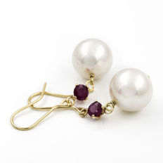 18 kt yellow gold – Hook clasp earrings – Round cut rubies of 0.50 ct – Fresh water cultured pearl measuring 11.15 mm (approx) – Earring height: 34.75 mm (approx)