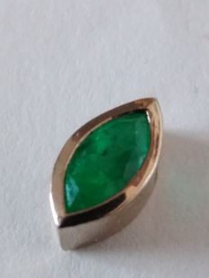 Emerald pendant in 18 kt white gold.