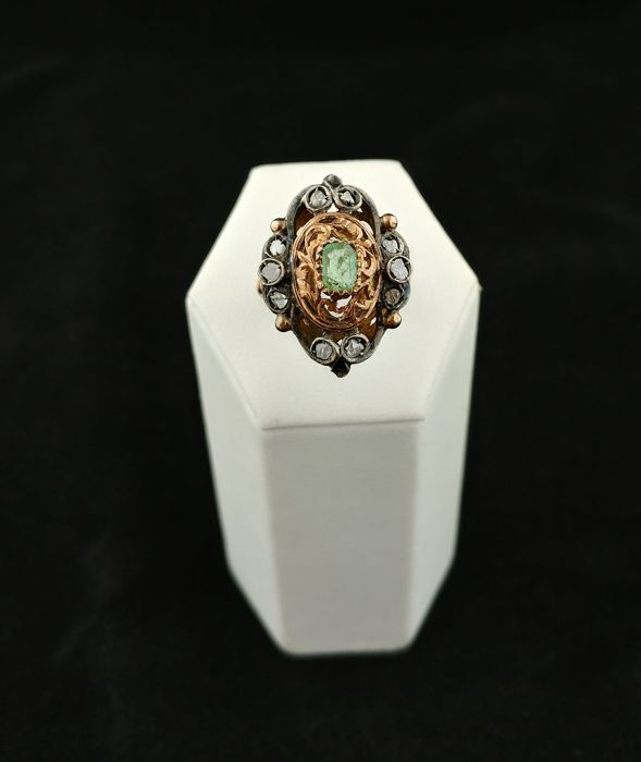 Late 19th century style ring in 18 kt gold with central emerald and rose cut diamonds, 0.20 ct - Diameter: 13 EU (European size – adjustable)