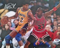 Magic Johnson firma fotografía 8 x 10 junto a Michael Jordan