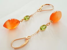 Carnelian and peridot earrings made of 585/1000 gold, length: 5.1 cm