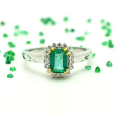 Ring in 18 kt gold with emerald and diamonds totalling 1.10 ct – Size: 15/55