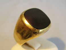 Large gold men's ring with polished onyx