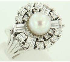 18 kt white gold ring set with a central, 0.9 mm cultured pearl and an entourage of eight baguette cut and 18 brilliant cut diamonds, approximately 1.60 carat in total, ring size 17.5 (55)