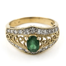 18 kt/750 yellow gold – Ring with 22x brilliant cut diamonds weighing 0.80 ct and 1x oval cut central emerald weighing 1 ct in total – Inner diameter: 19.35 mm