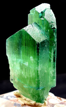 Terminated lush green hiddenite crystal - 84 x 44 x 32 mm -154 gr