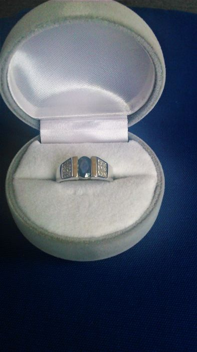 18 kt white gold, with 1 ct sapphire and 0.20 ct diamonds, size 52